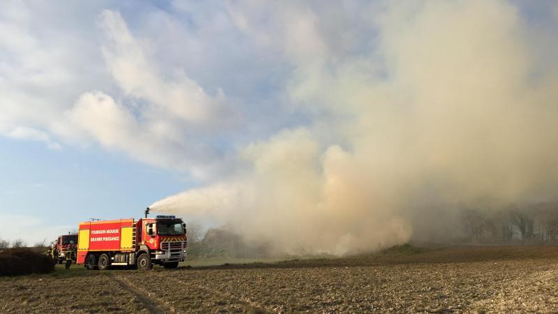 Les pompiers d'Abbeville ont été appelés pour éteindre le tas de branchages d'Epagne-Epagnette.