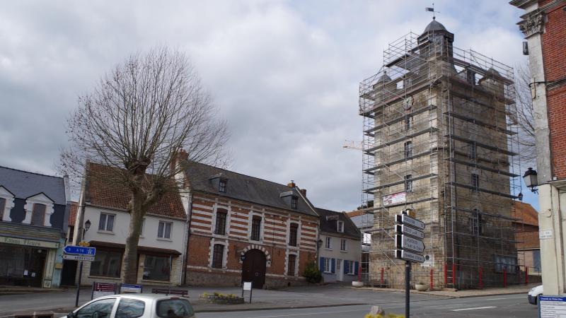Depuis plus d'une semaine, la tour du beffroi est bardée d'échafaudages.