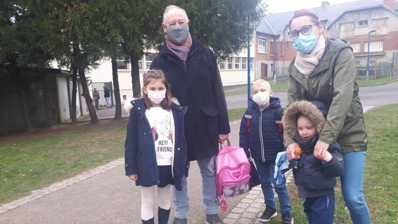 À la sortie de l'école Camille-Desmoulins, ce lundi après-midi, regrets et questions sur le bus scolaire qui ne roule plus.