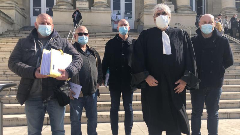 L'avocat rémois Me Philippe Brun en compagnie des rares ex-salariés de feu NLMK-Beautor, qui se sont déplacés, malgré le Covid, ce mardi 23 mars, jusqu'au tribunal d'Amiens.(Photo Nicolas TOTET)