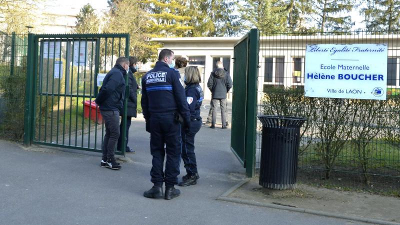 Les forces de l'ordre étaient présentes devant l'établissement afin de rassurer les parents.