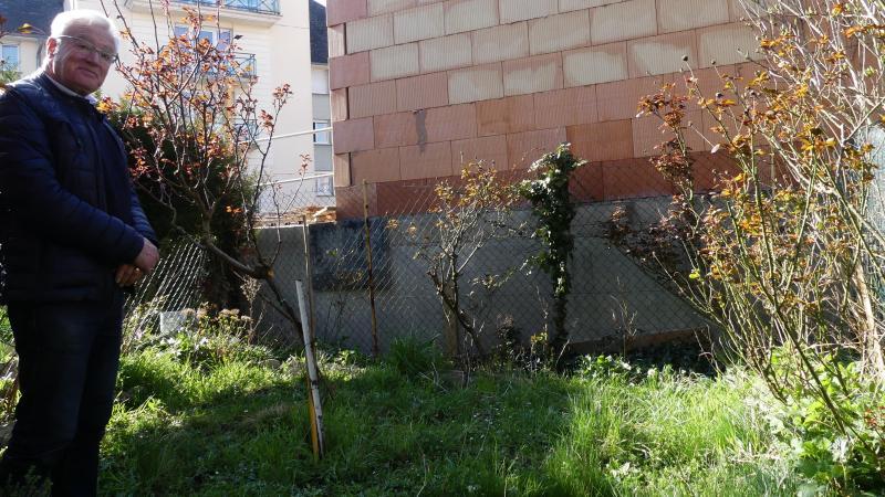 Le mur de la résidence HLM a été construit le long de la clôture de la maison de Mme Quennehen.