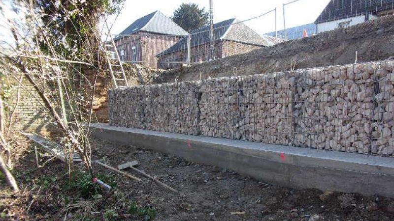 Le nouveau mur de soutènement mesurera 2 mètres de haut et 1,50 mètre de large en pied (50 cm de large en tête) pour une longueur totale de 15 mètres.