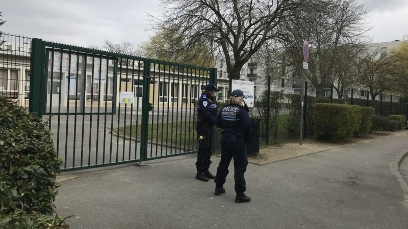 Lundi, un professeur de l'école Hélène-Boucher de Laon a été roué de coups par un parent accompagné de deux autres membres de sa famille, nécessitant le transport de la victime à l'hôpital. Cinq prévenus dans cette affaire comparaîtront devant le tribunal correctionnel ce mercredi après-midi.