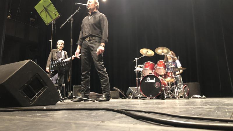 Le chanteur était entouré de quatre musiciens professionnels : Damien Train à la batterie, Pierre Richer à la basse, Boris Branilovich au clavier et Phillipe Delage à la guitare électrique.