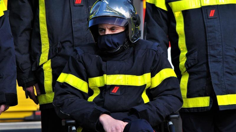 Son collègue Quentin Deguerville, blessé au cours de l'intervention, a assisté à l'hommage, évidemment très ému. (PHOTO : Philippe FORTUNE).