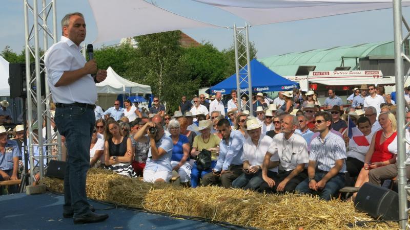 Xavier Bertrand lors d'un rassemblement de son club de soutien, La Manufacture, un après-midi d'été à l'aérodrome de Roupy.