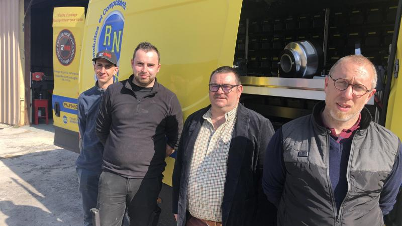 Les deux cogérants (au premier plan) et les deux salariés du site d'Essigny-le-Grand, devant leur camion-atelier RN Flex.