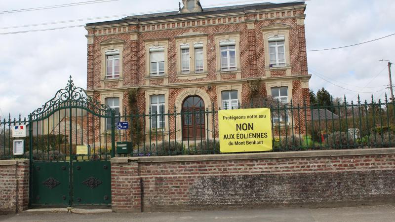 Les bâches ont été installées devant la mairie mais aussi aux entrées principales du village.