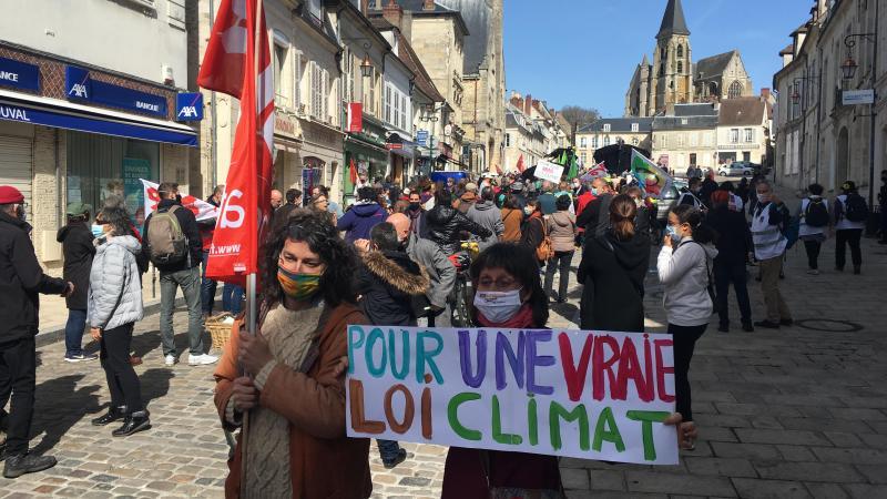 Plus de 400 personnes ont arpenté les rues de Clermont pour interpeller les parlementaires pour une «vraie» loi climat.