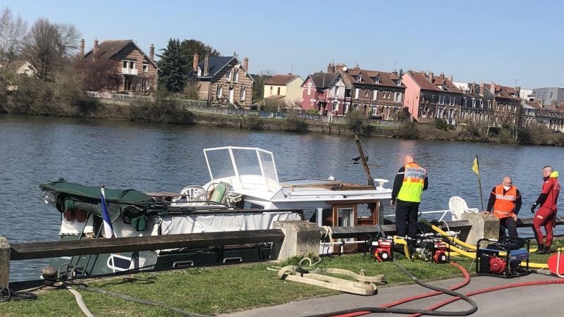 Le pilote a amarré le bateau en urgence le long du chemin de halage.