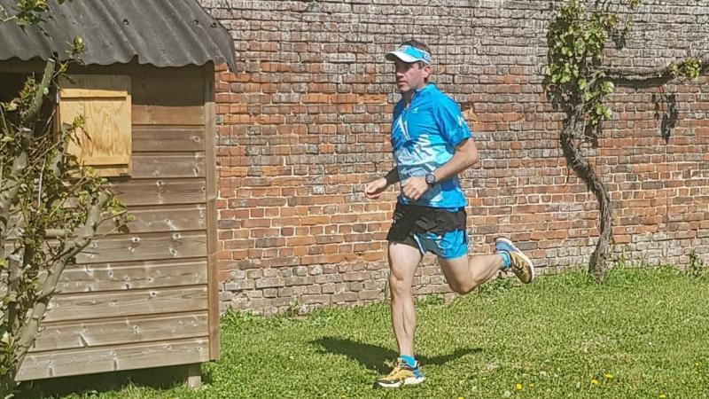 Alexandre Gelon en plein marathon dans son jardin en mai 2020.