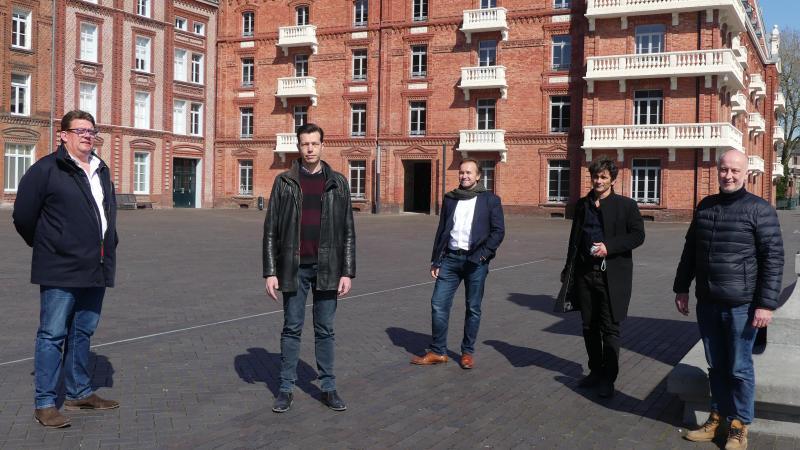 De gauche à droite, Jean-Luc Gorez, Laurent hubard, Arnaud Berger, Stéphane Cassé et Christian Bruere au Familistère pour leur projet de reprise.
