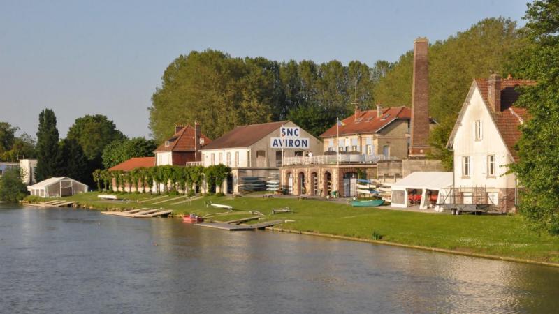 Au bord de l'eau, cette maison (à droite sur la photo) dispose d'un cadre bucolique assez exceptionnel.