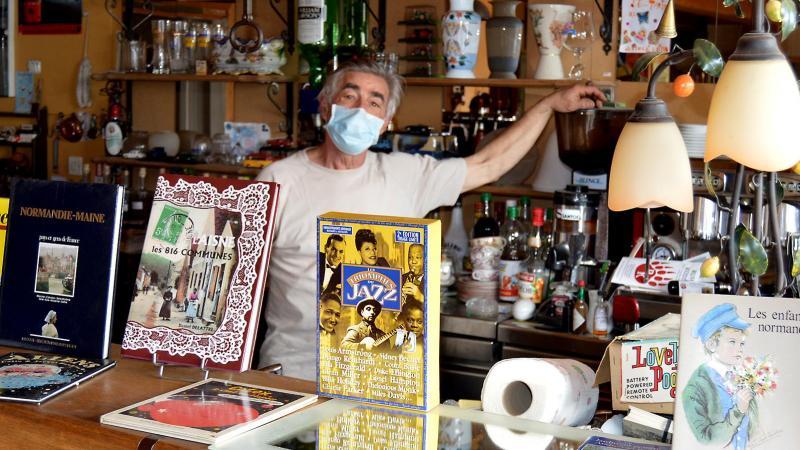 Pour sa dernière vente ce week-end, Alain Dewaele a transformé son bar en librairie.