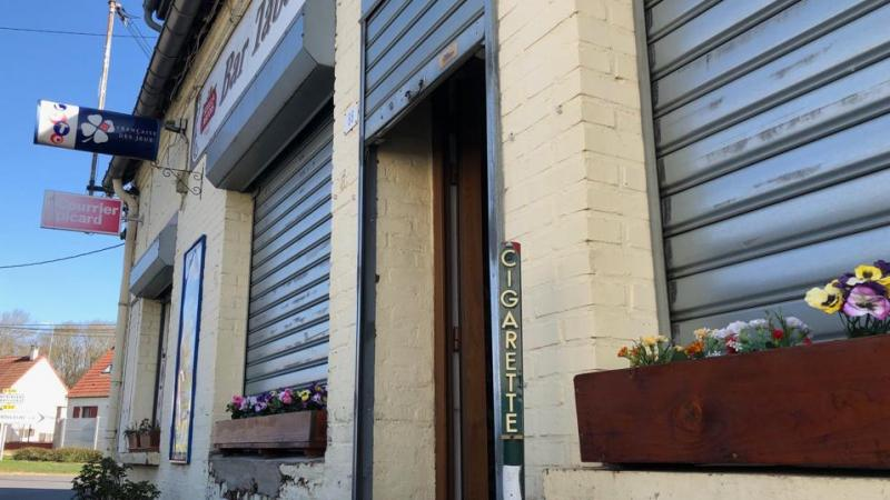 Le volet métallique et la porte ont été endommagés.