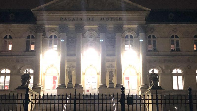 Le procès a eu lieu tard dans la soirée de jeudi au palais de justice d'Amiens. La mère n'était pas présente.