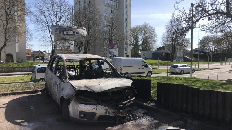 Lundi matin, l'une des carcasses calcinées. Une autre voiture et des poubelles ont pris feu dans la nuit du vendredi 2 au samedi 3 avril.
