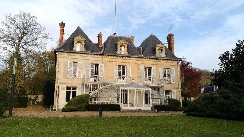 Cet belle demeure, au sein d'un vaste parc, avait été acquis en 1980 par André Lecoq pour exposer ses voitures de collection. Le carrossier, décédé en 2012, avait légué son domaine à la commune.
