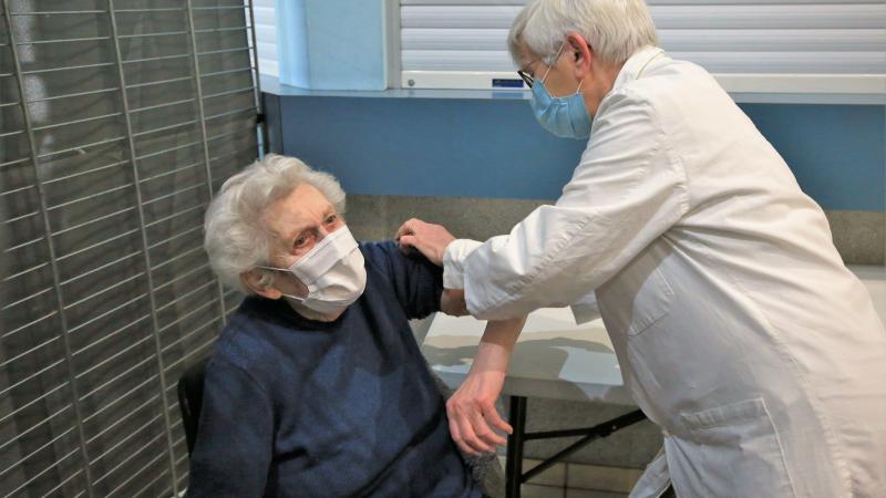 Âgée de 96 ans, Odette Codeville a été la doyenne de cette séance de vaccinations, samedi 3 avril à Chaulnes.