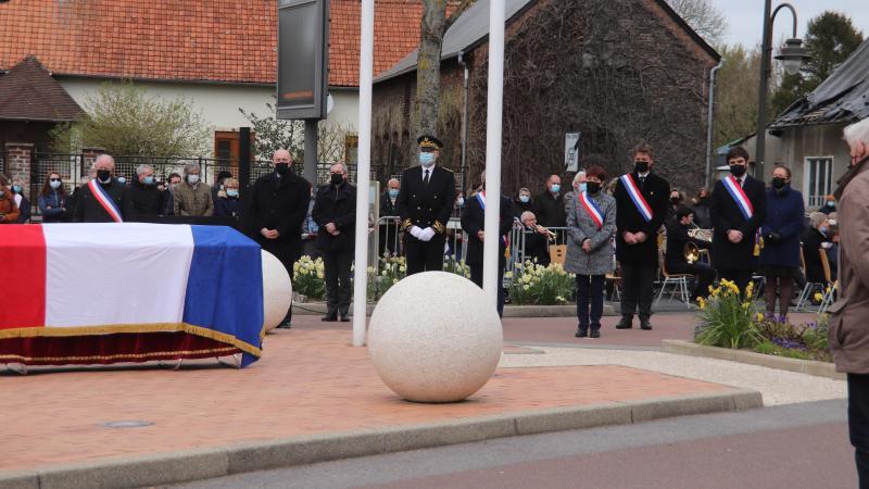 Plusieurs élus et le sous-préfet d'Abbeville ont salué la mémoire de Bernard Davergne.