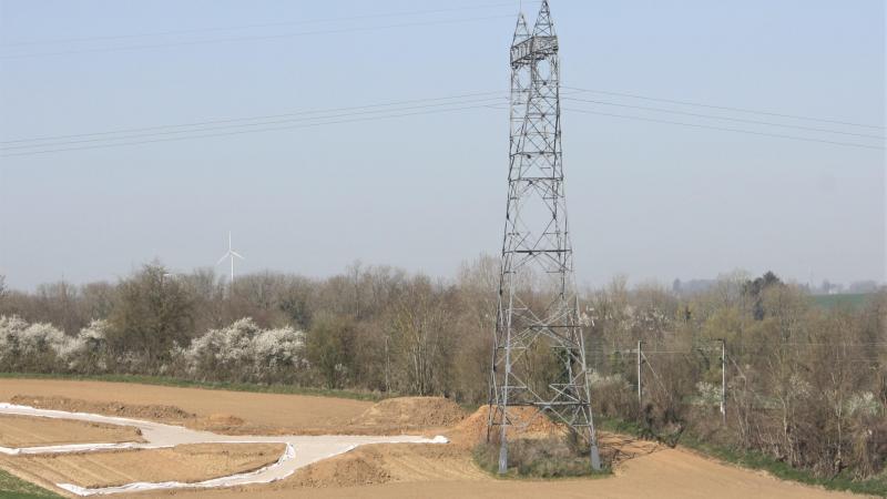 Le pylone actuel se trouvait trop proche d'une ligne SNCF.