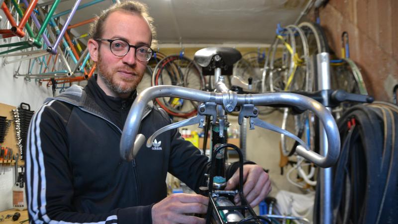 Ugo Hauden possède une trentaine de vélos. Il peut passer entre 20 et 30 heures de travail sur un vélo avant qu'il ne retrouve son aspect d'origine.