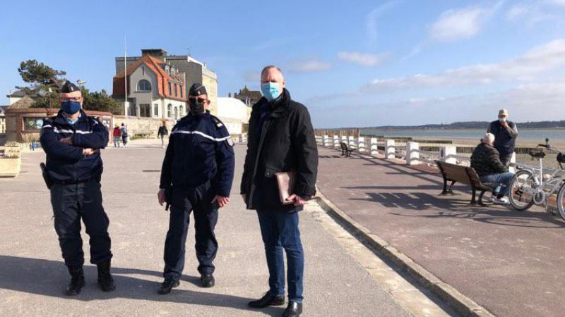 Des contrôles de l'application des gestes barrières ont été réalisés dimanche soir au Crotoy, en présence du sous-préfet d'Abbeville, Philippe Fournier-Montgieux (droite) et du capitaine Janowski (milieu).