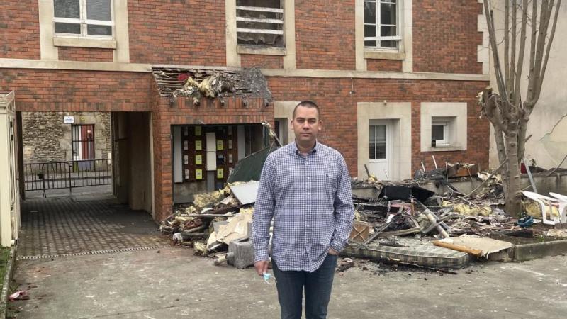 Benoit Van Acker, ce dimanche matin, devant l'habitation détruite par les flammes, rue Jules-Ferry.