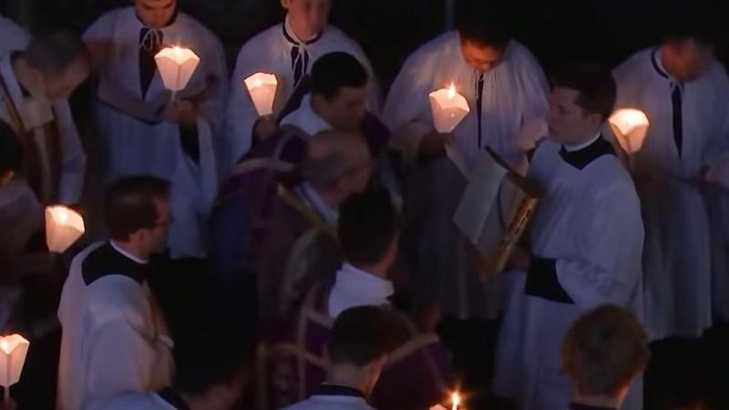 Même les prêtres ne portaient pas le masque... ni ne respectaient la distanciation sociale.