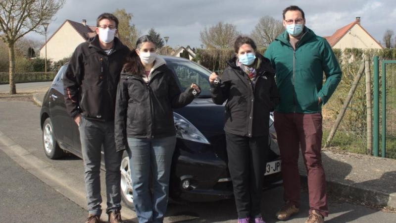 De gauche à droite: David Descamps et sa compagne Virginie Cassou mettent leur voiture à disposition des autres grâce à un contrat d'autopartage. Leurs voisins Olivia Sanders et Julien Mlynarczyk ont adhéré à la démarche.