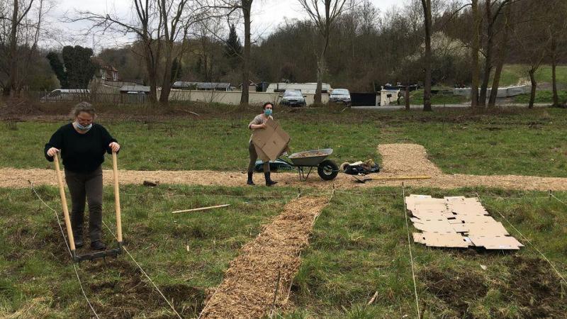 Les allées délimitant les jardins sont mises en place.
