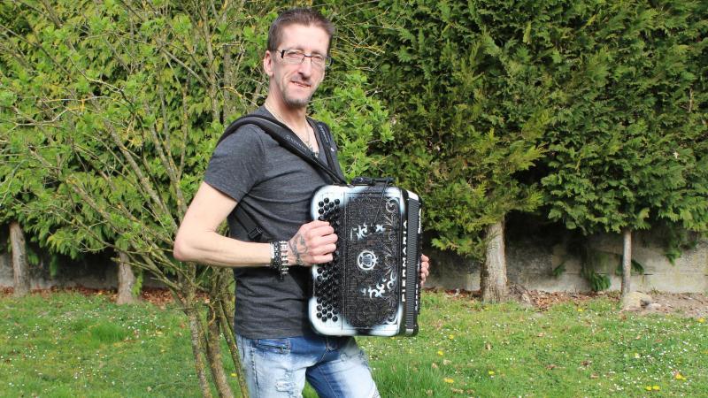 Hervé Delohen, accordéoniste, a hâte de pouvoir faire danser.