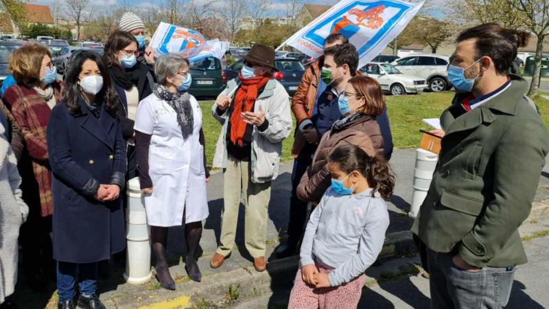 Karima Delli (à gauche), tête de liste pour l'union de la gauche aux régionales, mercredi après-midi, devant l'hôpital de Creil.