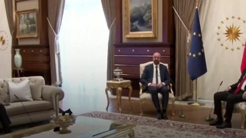Discussion à trois... ou plutôt à deux si on en croit le nombre de fauteuils disposés à Ankara pour recevoir deux représentants de l'Union européenne.