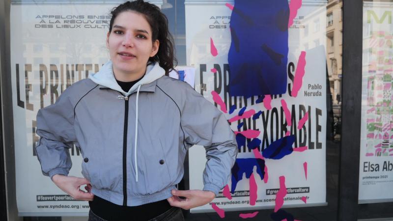 Elsa Abderhamani, le 8 avril 2021 devant la Maison de la culture d'Amiens, pour le lancement de son expo à ciel ouvert «Silences», sur la façade de la Maison de la culture.