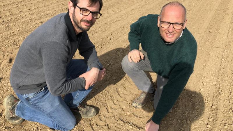 Les graines d'oignons cultivés bio de Fabien Deguhegny (à gauche), Alexandre Derro (à droite) et de leurs 4 autres associés viennent d'être semées.