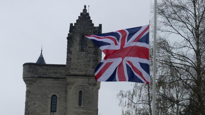 Le drapeau britannique est en berne sur le site de la tour d'Ulster de Thiepval.