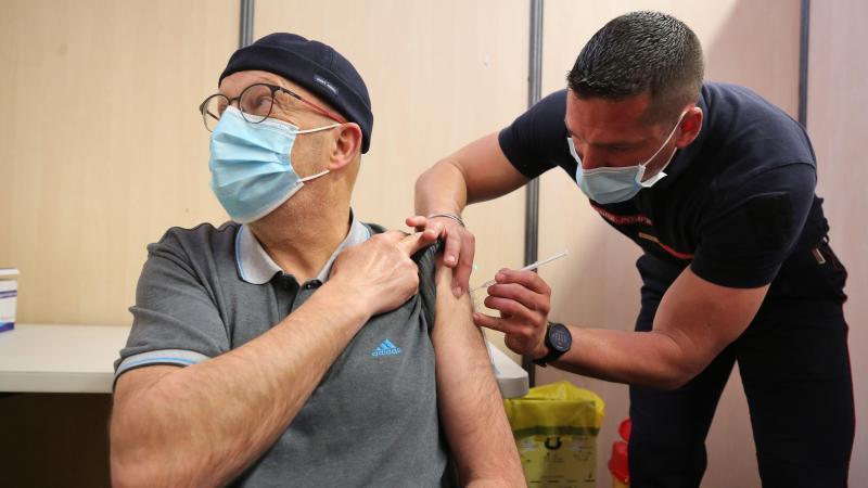 Dominique Notelet, 62 ans, est venu en compagnie de son épouse se faire vacciner. Peu importe pour lui que ce soit avec l'AstraZeneca ou un autre vaccin. (Photo Fred HASLIN)