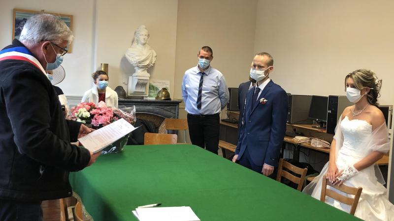 Les jeunes mariés devant l'édile de la commune vont se dire «oui» sous le masque.