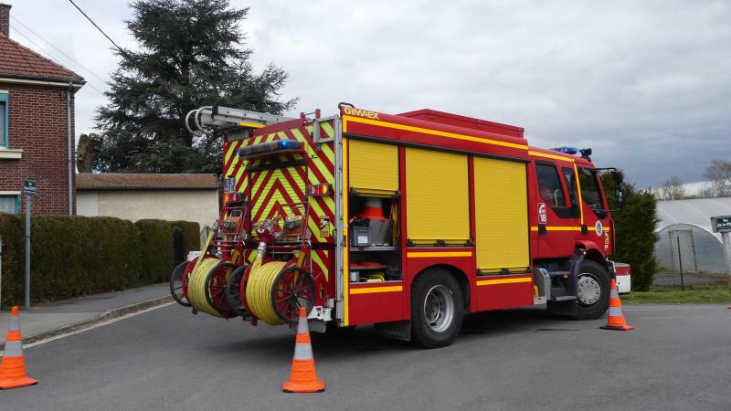 Les pompiers ont mis en place un périmètre de sécurité autour de la maison concernée.