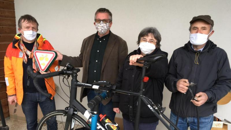 De gauche à droite: Franck Miné, adjoint à la transition écologique, Thierry Roch, président de l'AU5V, Sylvie Bré et Xavier Bulliard, responsables de l'association pour l'antenne de Clermont.