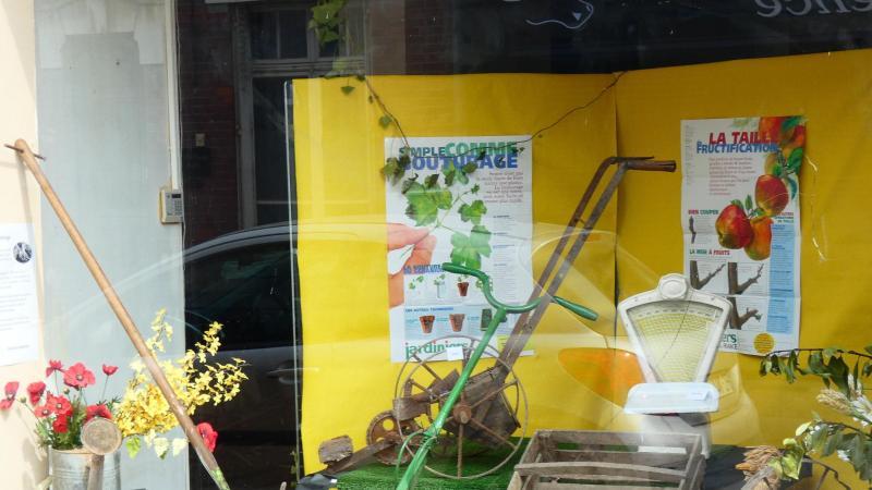 plusieurs vitrines de magasins vacants sont décorées aux couleurs du printemps
