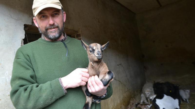 Jérôme Lebeau, avec la petite dernière arrivée à la ferme.