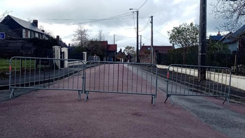 La mairie a prêté ces barrières pour sécuriser les rues touchées par ce fait divers.