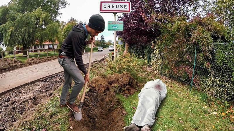 S'il n'a pas eu pour habitude de prévenir les habitants lors de ses prises de vue, Félix Renoult a fait une petite exception à Creuse. «Vu que j'avais un arme factice à la ceinture, j'ai préféré expliquer ma démarche à un couple qui habitait pas très loin», s'amuse-t-il.