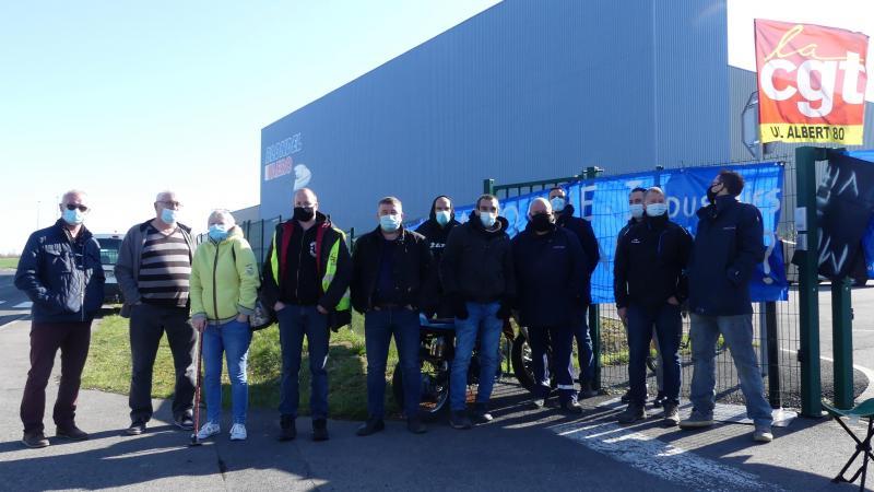 Les salariés de Laroche industries et représentants de la CGT tiennent un piquet de grève toute la journée devant le site de Méaulte.
