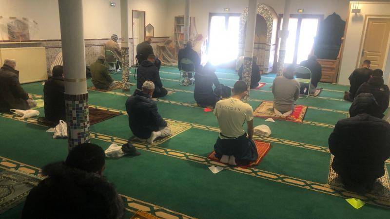 Avec le couvre-feu, sur les cinq prières quotidiennes, seules trois pourront être effectuées en groupe à l'intérieur de la mosquée.