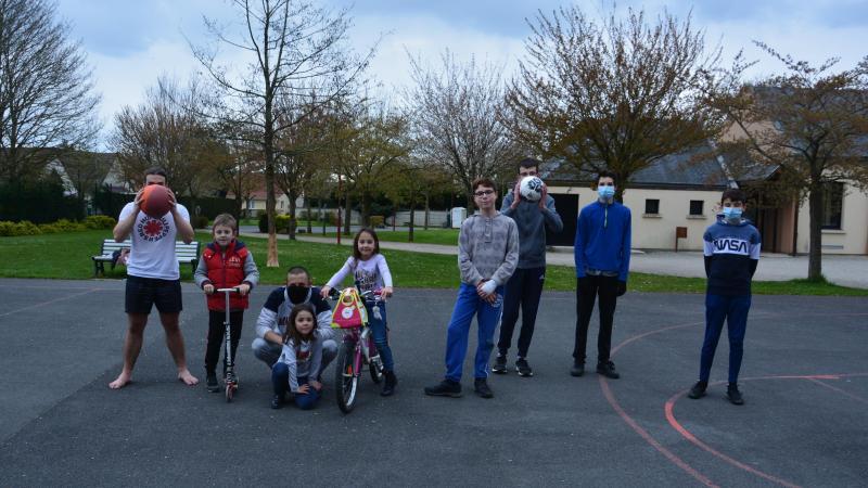 Les jeunes se retrouvent pour jouer en extérieur.