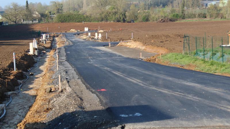 Trois parcelles se trouvent à droite du chemin, une au fond et les quatre dernières sur le côté gauche de la voie. Les huit terrains à bâtir sont disponibles à la vente.